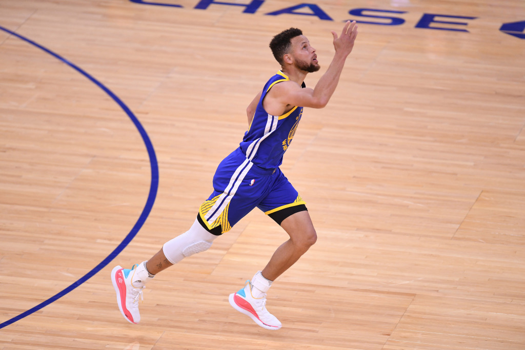 Steph Curry gets the record, passes Wilt Chamberlain, with 53-point performance