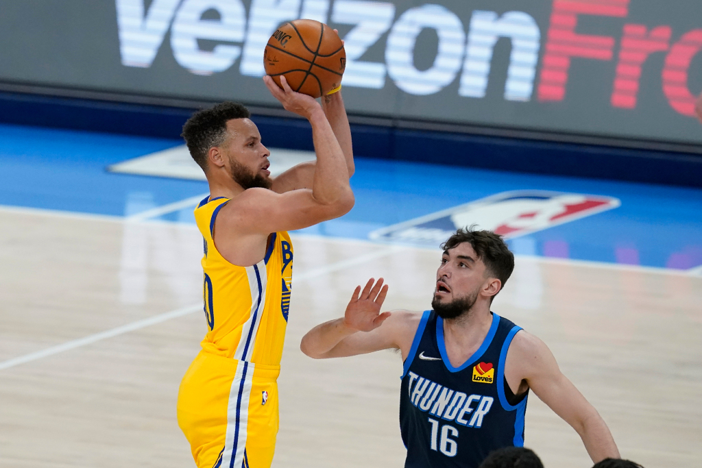 Stephen Curry scores 42 as Warriors rout Thunder, extend win streak